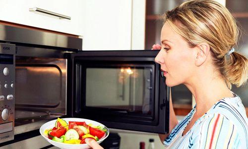 Нагревание еды в микроволновке